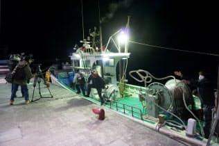 日本の漁業は資源管理の重要性が増す(2月、資源を調査した船が戻った静岡市の由比漁港)
