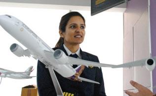スタッフと打ち合わせるインドの女性パイロットのチャウダリーさん(左)