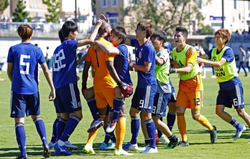 メキシコをPK戦で破り決勝進出を決め、喜ぶ日本イレブン(12日、オバーニュ)=共同