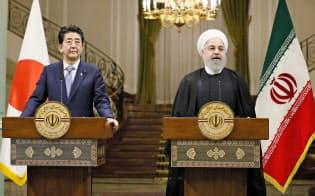 12日、テヘランで共同記者発表する安倍首相(左)とイランのロウハニ大統領=共同