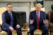12日、ポーランドのドゥダ大統領(左)はトランプ米大統領に9月のポーランド訪問を打診した(ワシントン)=ロイター