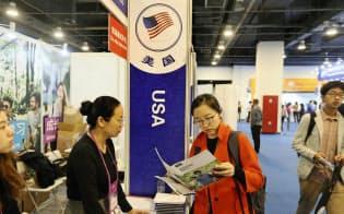 米国に留学する中国人学生は増えていたのだが…(北京の留学フェア)=AP