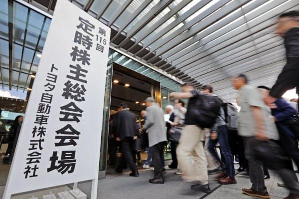 トヨタ自動車の株主総会に向かう株主ら(13日午前、愛知県豊田市)