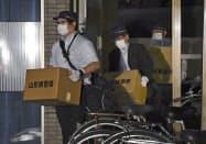 加藤紘貴容疑者の自宅マンションから押収物を運び出す山形県警の捜査員ら(12日夜、山形市)=共同