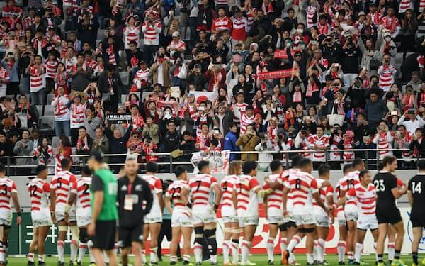 ニュージーランド戦で、日本代表の選手に声援を送る観客たち(2018年11月、東京都調布市の味の素スタジアム)