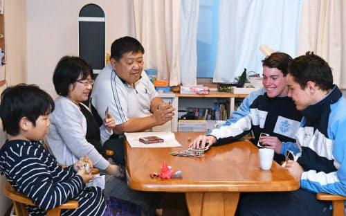 ホームステイで受け入れた学生と談笑する岡田さん一家(4月14日、静岡県袋井市)