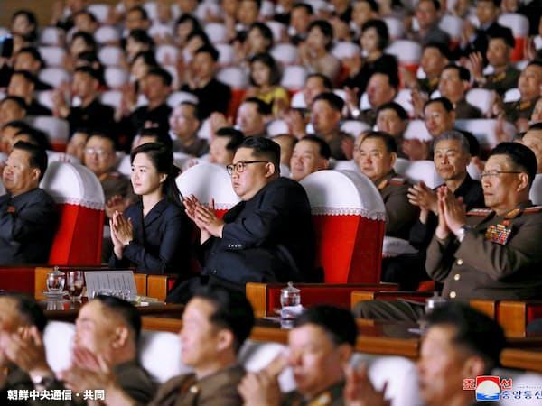 2日、芸術公演を観覧する北朝鮮の金正恩委員長(中央)=朝鮮中央通信・共同