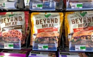 店頭に並ぶビヨンド・ミートの製品(米カリフォルニア州のスーパー)=ロイター