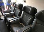 機内には荷主など関係者用の席も備えている