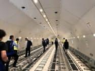 大型貨物機「777F」の貨物室の高さは3メートルと、中型機「767F」に比べ1.2倍に拡大。搭載重量は102トンと約2倍に増えている