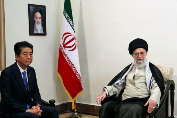 安倍首相と会談するハメネイ師(13日、テヘラン)=ロイター