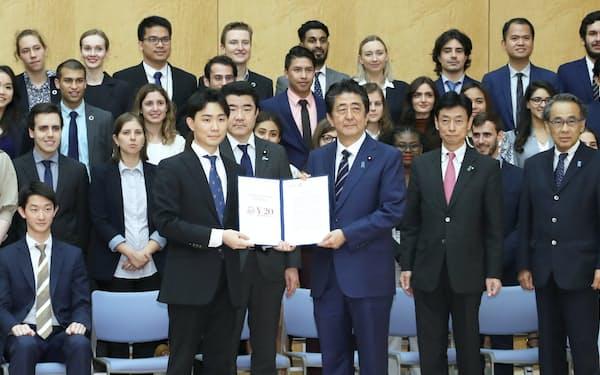 安倍首相に政策提言書を手渡し、記念撮影に納まるY20代表ら(5月29日、首相官邸)