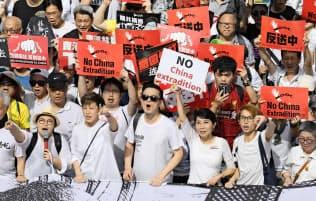 「逃亡犯条例」改正案に反対し、シュプレヒコールを上げる市民ら=9日、香港(共同)