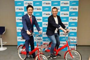 シェアサイクルの実証実験で会見を開いた福岡市の高島宗一郎市長(左)とメルカリの小泉文明社長(2018年6月22日、福岡市)