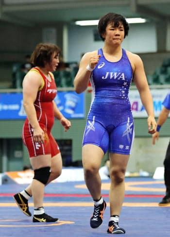 女子76キロ級1次リーグ 皆川博恵(左)を破った鏡優翔(13日、駒沢体育館)=共同