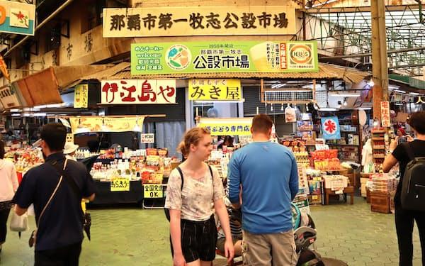 第一牧志公設市場では「持ち上げ」などで沖縄の新鮮な食材が楽しめる