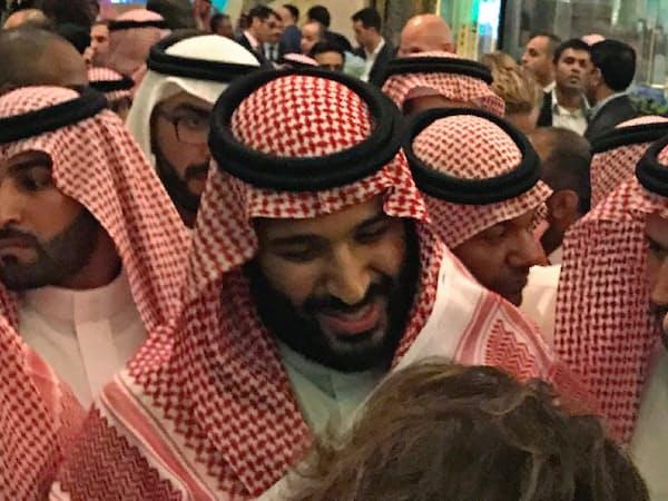 サウジアラビアはムハンマド皇太子(中央)のもとで石油依存脱却への経済改革を進める(17年10月、リヤドでの国際会議のパーティー)