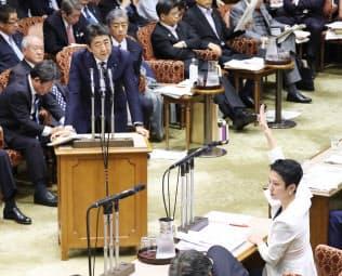 金融庁の老後資金の試算を巡り、答弁する安倍首相(10日、参院決算委)