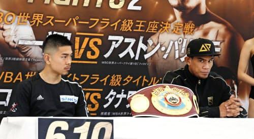 ボクシングのWBOスーパーフライ級王座決定戦を前に、調印式に出席した井岡一翔(左)とアストン・パリクテ(13日、東京都渋谷区)=共同