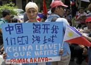 フィリピン漁船が中国船に衝突され沈没したことに抗議するデモ隊(12日、マニラ)=AP