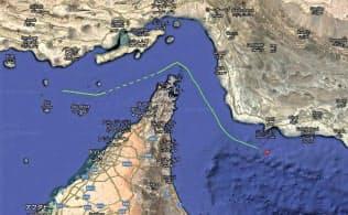 ホルムズ海峡で攻撃された国華産業が運航するタンカーの航跡を表す線。左から右へ航行している(Marine Trafficのホームページから)=共同