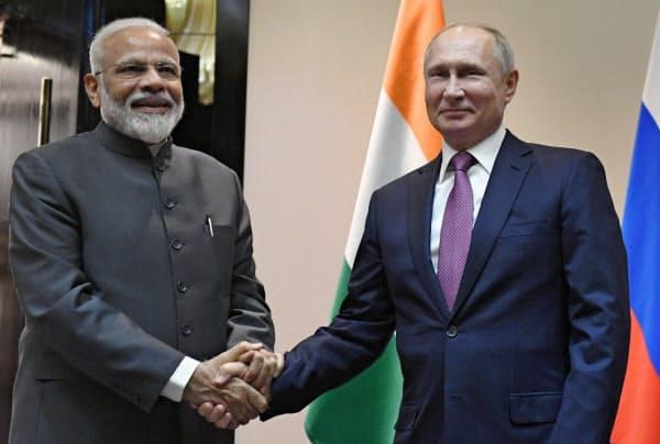上海協力機構首脳会議に合わせて会談したロシアのプーチン大統領(右)とインドのモディ首相(13日、ビシケク)