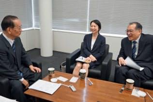 選挙結果を巡り活発な議論を交わす(左から)北川正恭、岩永久佳、小林良彰の各氏