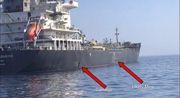 攻撃を受けたタンカー(米軍提供)=AP