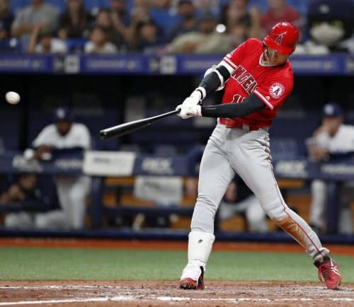 米大リーグ、レイズ戦の7回、中前打を放ち、日本選手として初めてサイクル安打を達成したエンゼルス・大谷翔平(13日、セントピーターズバーグ)=共同