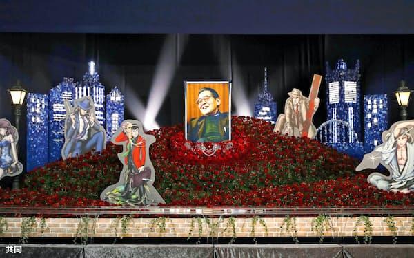 しのぶ会の祭壇に飾られたモンキー・パンチさんの遺影と「ルパン三世」のイラスト(14日午前、東京都港区の青山葬儀所)=共同