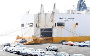 ドイツの港から船積みされる輸出車=ロイター