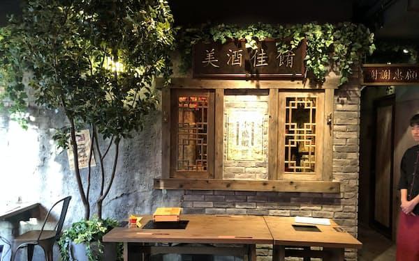 「世界のやむちゃん」の店内は上海の裏通りの屋台街を表現した