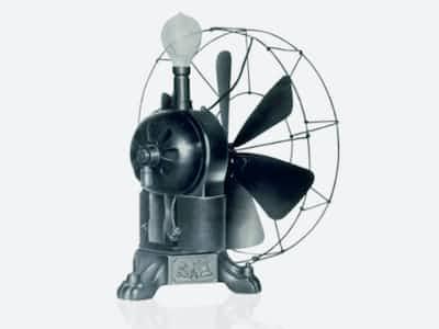 国産初の電気扇風機。頭部に白熱電球がともり風を送る(東芝未来科学館提供)