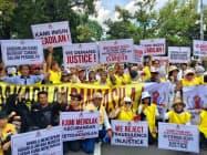 14日、ジャカルタ中心部の憲法裁判所付近で選挙結果に抗議する野党支持者の抗議デモ