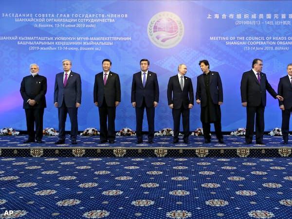 上海協力機構(SCO)首脳会議で記念撮影する加盟8カ国の首脳(14日、ビシケク)=AP
