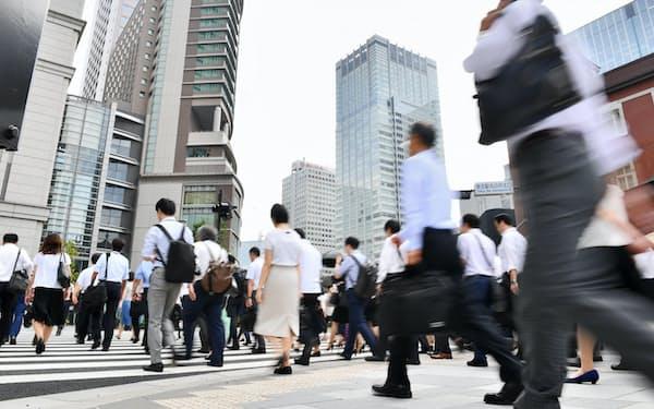 午前8時過ぎのオフィス街を一斉に通勤する人たち(東京・丸の内)