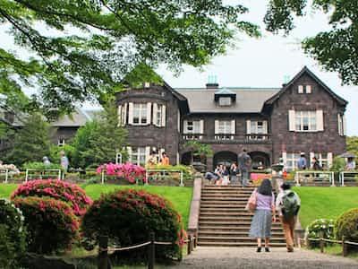 日本庭園に向かう斜面では、カエデとツツジを額縁にした洋館の構図を楽しめる(東京都北区)