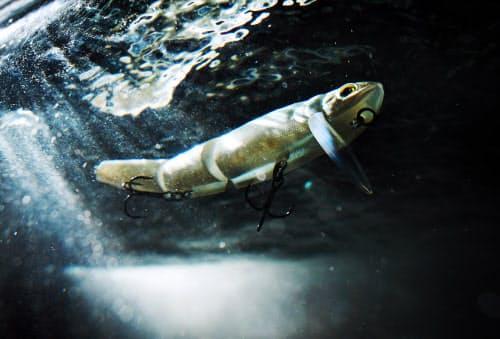 水の流れで泳いでいるように見えるルアー=目良友樹撮影