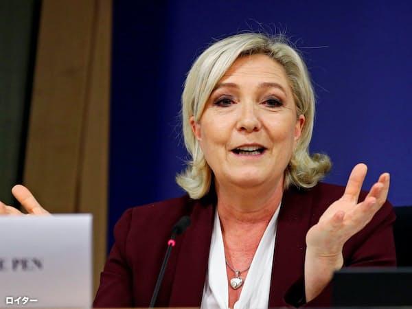 記者会見する国民連合のルペン党首(13日、ブリュッセル)=ロイター