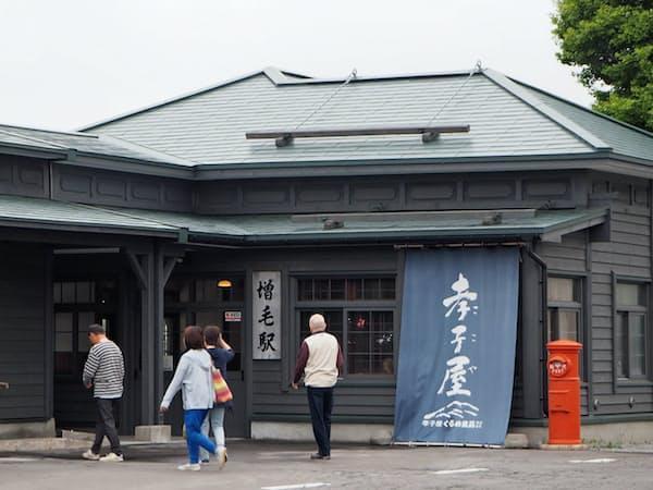 旧増毛駅を訪れる観光客(6月、増毛町)