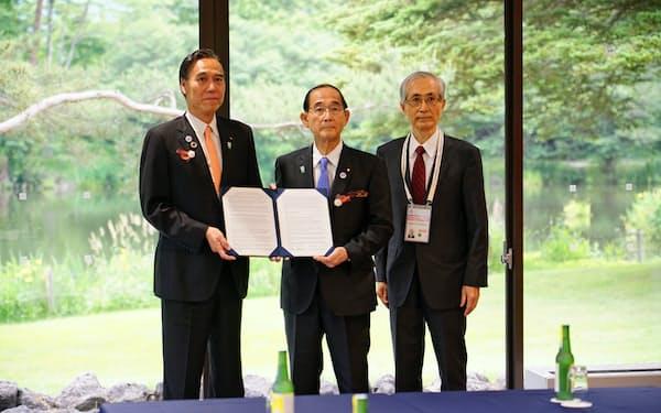阿部知事(左)らは原田環境相(中)に長野宣言を手渡した(14日、長野県軽井沢町)