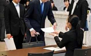 採用選考の受付に並ぶ就活生(6月1日、東京都千代田区)
