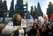 2015年、政権に批判的な記者が逮捕された際に抗議する人々(イスタンブール)=ロイター