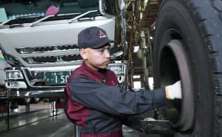 自動車のタイヤの部品清掃をする三菱ふそうトラック・バスのフィリピン人技能実習生(浜松市)