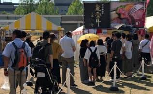 能登牛のイベントで行列ができる店舗(5月、金沢市)
