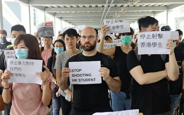 香港では衝突後も抗議活動が続いている(13日)