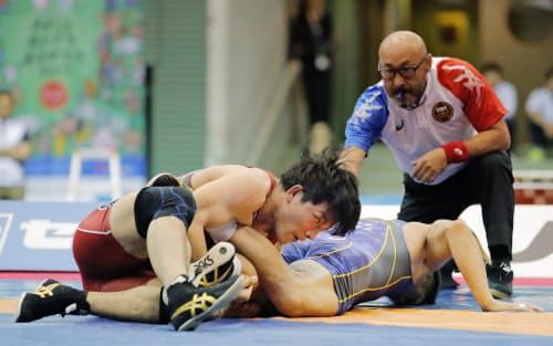 男子フリー86キロ級決勝 松坂誠応(右)を攻める高谷惣亮(14日、駒沢体育館)=共同