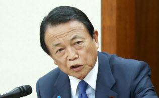 「老後資産2000万円」の報告書について答弁する麻生金融相(14日、衆院財務金融委)