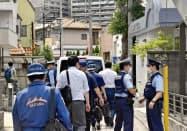 女性が死亡しているのが見つかった現場のアパートへ向かう捜査員(14日午後、埼玉県東松山市)=共同