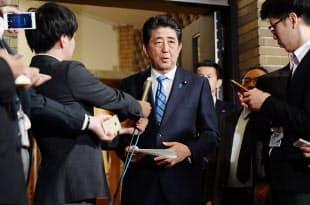 トランプ米大統領との電話協議を終え、記者の質問に答える安倍首相(14日、首相公邸)